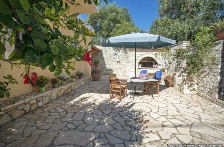 Dina's Cottage, Loggos